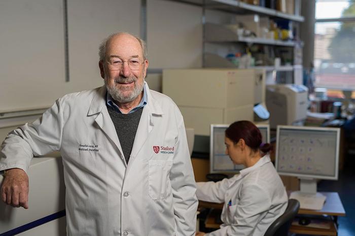 Giáo sư Ronald Levy - cha đẻ của vaccine chống ung thư.