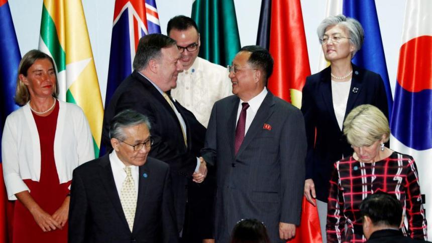 Ngoại trưởng Mỹ Mike Pompeo (T) và đồng nhiệm Bắc Triều Tiên Ri Yong Ho (P) chụp ảnh chung với các đồng nhiệm tại Diễn đàn An ninh Khu vực ASEAN, tổ chức ở Singapore, ngày 04/08/2018. REUTERS/Edgar Su