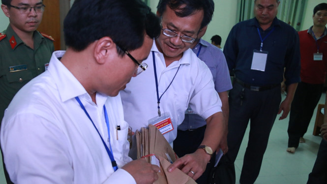 Ông Nguyễn Quang Vinh, Tổ trưởng Tổ chấm trắc nghiệm Hội đồng thi tỉnh Hòa Bình (giữa) báo cáo với Tổ công tác Bộ GD-ĐT kiểm tra công tác chấm thi tại tỉnh Hòa Bình đầu tháng 7.2018 ẢNH TUỆ NGUYỄN