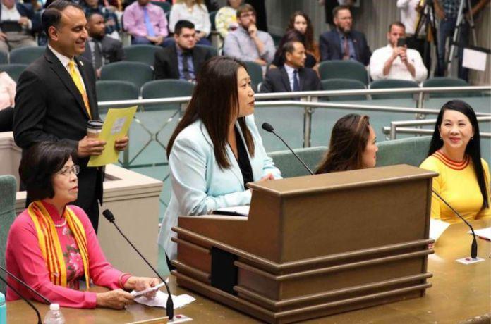 Thượng Nghị Sĩ Janet phát biểu tại buổi điều trẩn ở Ủy Ban Chuẩn Chi Hạ Viện hôm Thứ Tư, 15 Tháng Tám. Phía sau bà là Dân Biểu Ash Kalra. (Hình: Văn Phòng Thượng Nghị Sĩ Janet Nguyễn cung cấp)