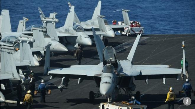 Tiêm kích hạm F/A-18 Hornet chuẩn bị cất cánh trên tàu sân bay USS Theodore Roosevelt.