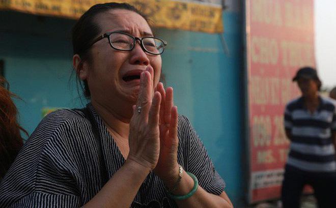 Cư dân Carina Plaza khóc thương cho các nạn nhân.