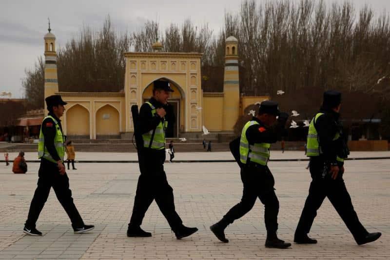 Cảnh sát tuần tra bên ngoài đền thờ Id Kah, ở thành phố cổ Kashgar, Khu tự trị Tân Cương vào ngày 22/3/2017. (Ảnh qua Reuters)