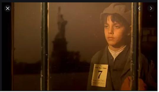 Vito Corleone, 9 tuổi, lúc chạy nạn từ Ý sang Mỹ.