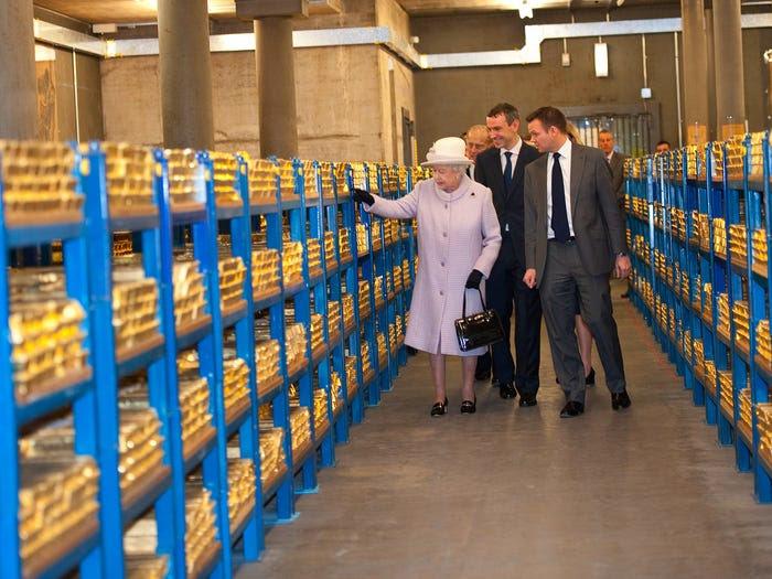 Ảnh 2: Nữ hoàng Anh đi thăm kho vàng của vương quốc Anh