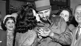 Ảnh 2: Phụ nữ Cuba hâm mộ, xin chữ ký của Phidel.