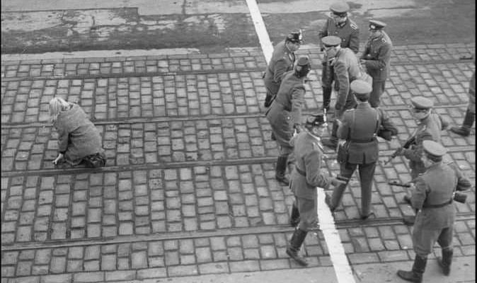 Ảnh: Bức ảnh đi khắp thế giới. Một phụ nữ Đông Berlin (văn minh Phật giáo kiểu Lê-nin) kịp chạy qua lằn ranh giới để sang Tây Berlin (văn minh Tin Lành) và được cảnh sát Tây Berlin bảo vệ.