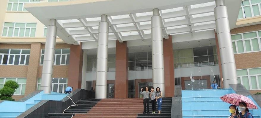 Ảnh: Tác giả và hai người bạn cùng lớp, chụp 2015.