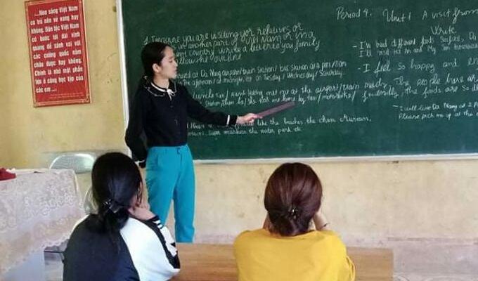 Ảnh: Cô giáo cung Song Tử trong một giờ đứng lớp dạy tiếng Anh, trước khi dịch cúm Tàu tràn đến.
